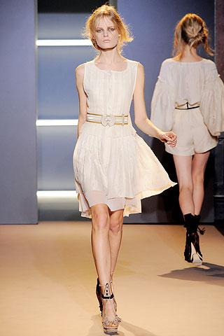 Легкое летнее белое платье